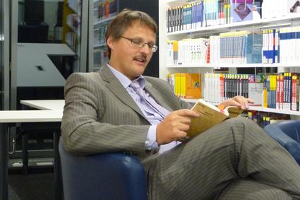 Bibliotheksdirektor Dr. Fabian Franke bei der Lesenacht