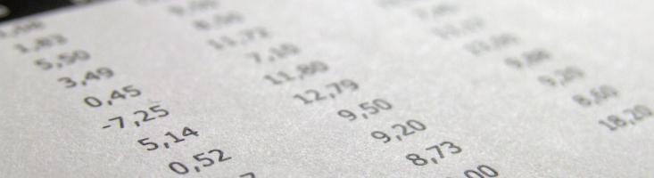 Foto mit Tabellespalten und Zahlen