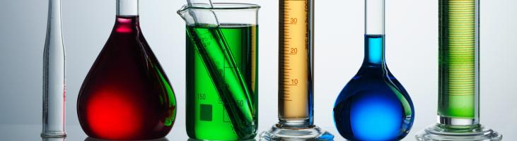 Reagenzgläser mit unterschiedlich farbigen Flüssigkeiten