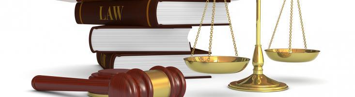 Richterhammer, Waage und Gesetzbücher