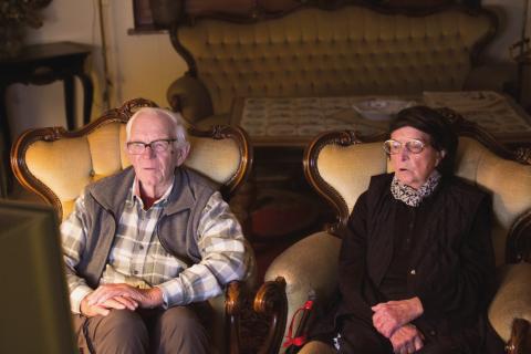 Altes Paar sitzt auf Ohrensesseln
