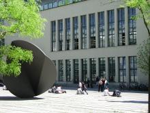Skulptur von Fritz Koenig im Innenhof Campus Stammgelände mit Blick auf die Teilbibliothek Stammgelände, TU München