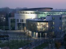 Außenansicht des Fakultätsgebäudes Maschinenwesen in Garching mit Blick auf die nächtlich beleuchtete Teilbibliothek Maschinenwesen