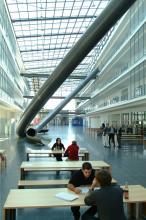 Magistrale im Fakultätsgebäude Mathematik und Informatik mit Parabel-Rutsche