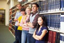 Studierende vor einem Bücherregal