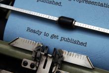 Blatt Papier eingespannt in eine mechanische Schreibmaschine und beschrieben mit Ready to get published