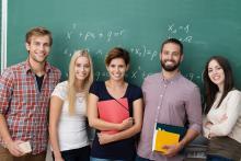 Studentengruppe vor Tafel