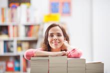 Bibliothekarin mit Büchern